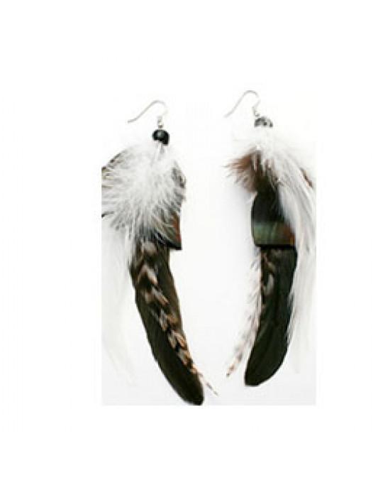 Ohrringe aus dunklen Federn