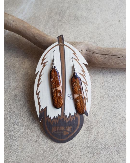 Aus Geweih gefertigte Ohrhänger
