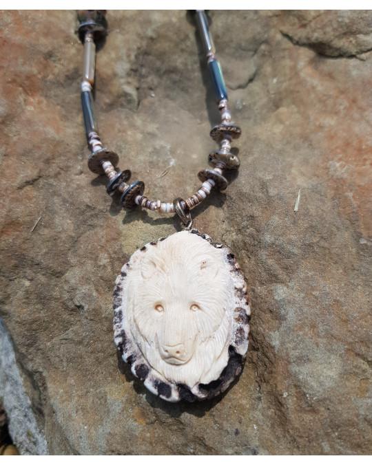 Muschelkette mit grossem Amulett Bär, geschnitzt in Geweih