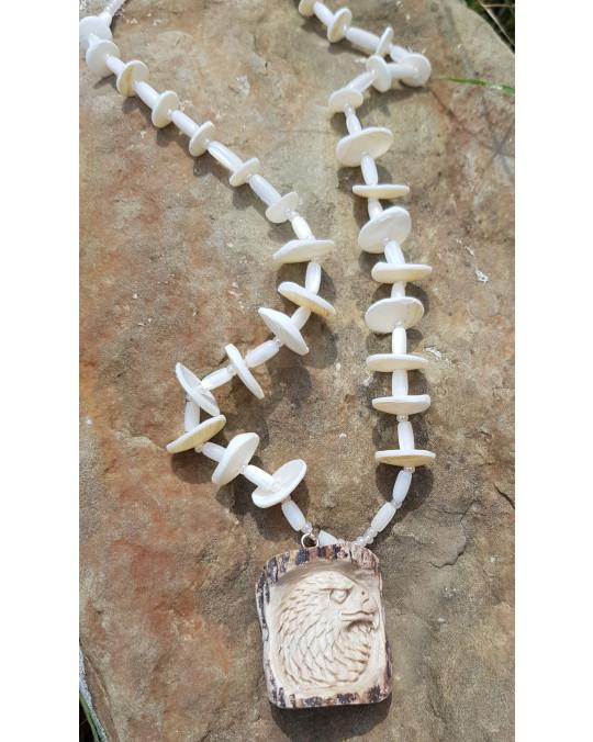 Muschelkette mit grossem Amulett  Adler, geschnitzt in Geweih