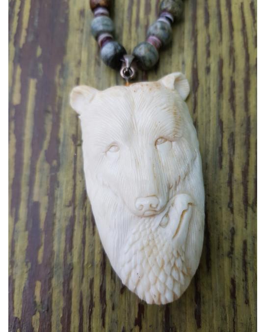 Muschelkette mit grossem Amulett Bär mit Adler, geschnitzt in Geweih